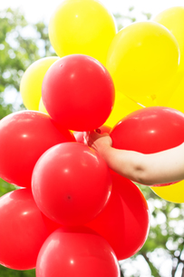 Carefree , Freedom Woman with Red and Yellow Balloonsの写真素材 [FYI00752300]