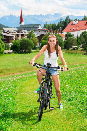Happy woman on bicycleの素材 [FYI00752393]