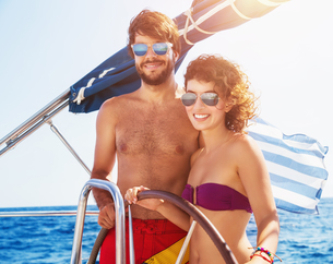 Joyful couple driving sailboatの写真素材 [FYI00752407]