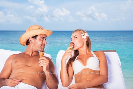 Happy couple on the beach resortの写真素材 [FYI00752410]