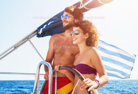 Joyful couple driving sailboatの写真素材 [FYI00752414]