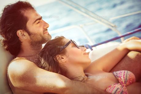 Couple relaxing on sailboatの素材 [FYI00752415]