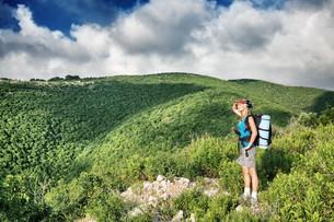 Traveler girl in the mountainsの素材 [FYI00752417]