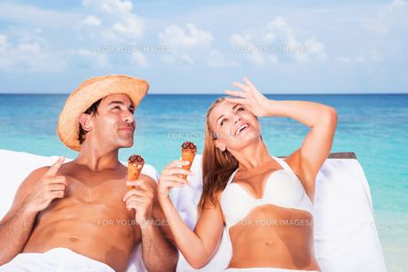 Honeymoon on the beachの写真素材 [FYI00752418]
