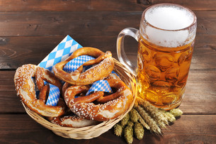 bavarian pretzels with beerの写真素材 [FYI00752436]
