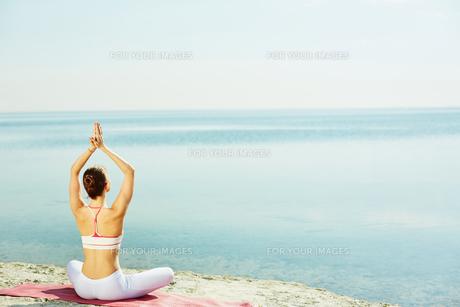 Yoga by the seasideの素材 [FYI00752494]
