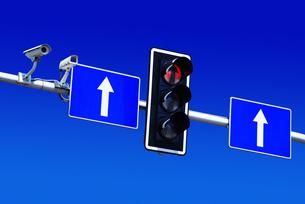 Traffic lights over blue skyの写真素材 [FYI00752586]