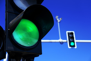 Traffic lights over blue skyの写真素材 [FYI00752587]