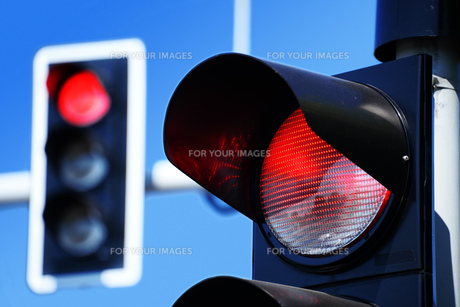 Traffic lights over blue skyの写真素材 [FYI00752591]