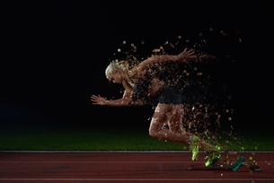 pixelated design of woman  sprinter leaving starting blocksの写真素材 [FYI00752613]