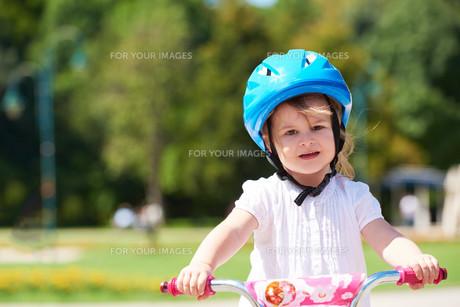 little girl with bicycleの素材 [FYI00752653]