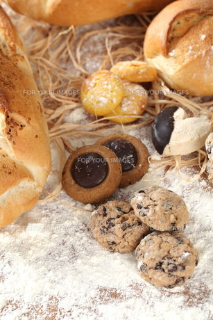 Bread Biscuits and flourの写真素材 [FYI00752690]