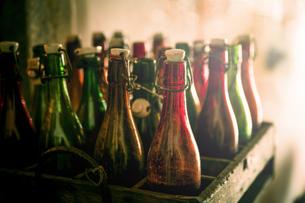 old beer bottles in a wooden boxの写真素材 [FYI00752750]