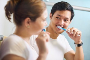 Couple With Toothbrush Man And Woman Washing Teeth Togetherの写真素材 [FYI00752785]
