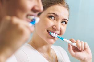 Couple Washing Teeth Man And Woman Together In Bathroomの写真素材 [FYI00752791]