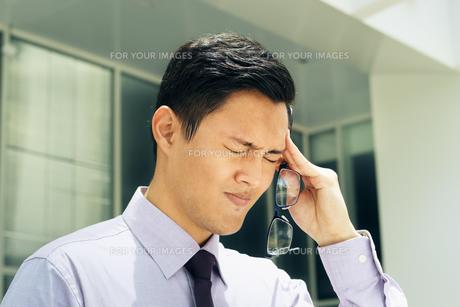 Chinese Man With Eyeglasses Suffers Myopia And Headacheの写真素材 [FYI00752796]