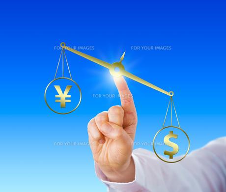 Dollar Outweighing The Yen On A Golden Balanceの写真素材 [FYI00752800]