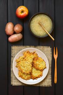 Potato Pancake or Fritter with Apple Sauceの写真素材 [FYI00752882]