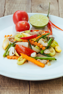 Stir fry vegetables in white dish on wood backgroundの写真素材 [FYI00752924]