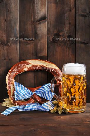 bayerische oktoberfestbreze with beerの写真素材 [FYI00753190]