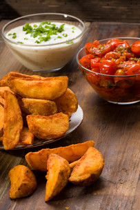 potato wedges with dip and roasted tomatoesの素材 [FYI00753258]
