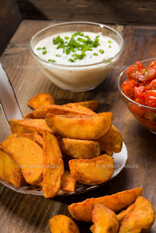 potato wedges with dip and roasted tomatoesの素材 [FYI00753273]