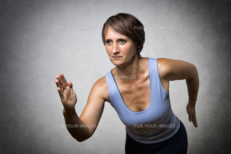 Middle aged running womanの写真素材 [FYI00753364]