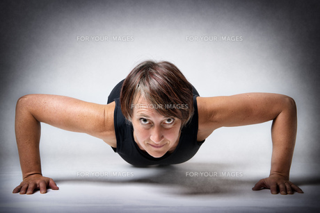 Middle aged woman doing push-upsの写真素材 [FYI00753368]