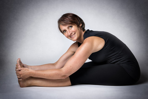 Middle aged woman doing stretchingの写真素材 [FYI00753371]