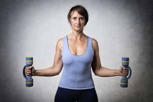 Middle aged woman with dumbbellsの写真素材 [FYI00753372]