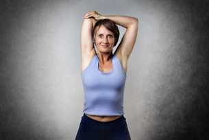 Middle aged woman doing stretchingの写真素材 [FYI00753374]