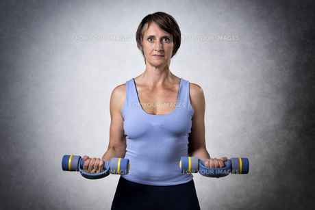 Middle aged woman with dumbbellsの写真素材 [FYI00753380]