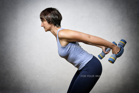 Middle aged woman with dumbbellsの写真素材 [FYI00753381]