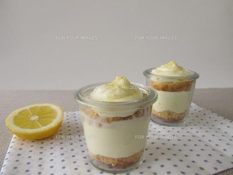 lemon curd tart layer in glassの写真素材 [FYI00753450]