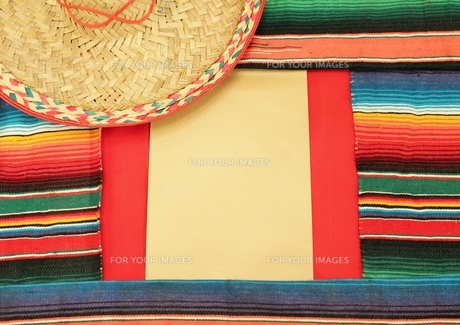 Mexico fiesta poncho rug in bright stripe sombrero background with copy spaceの写真素材 [FYI00753796]