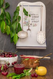 boil cherry jamの写真素材 [FYI00753833]