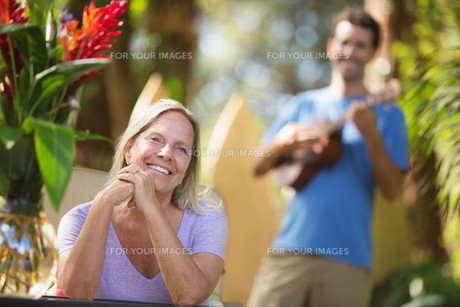 Beautiful Woman Listening to Performerの写真素材 [FYI00753883]