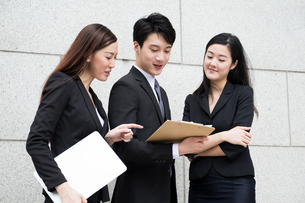 Three business people work togetherの写真素材 [FYI00753901]