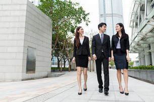 Business team mate walking on the streetの写真素材 [FYI00753919]