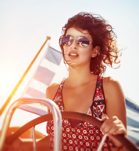 Beautiful woman driving sailboatの写真素材 [FYI00753961]