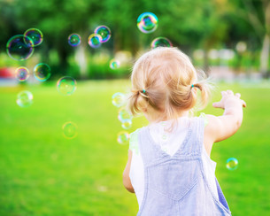 Baby girl play with soap bubblesの写真素材 [FYI00753963]