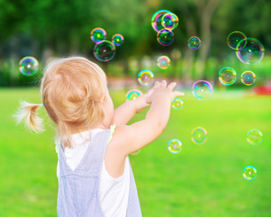 Baby girl play with soap bubblesの写真素材 [FYI00753964]
