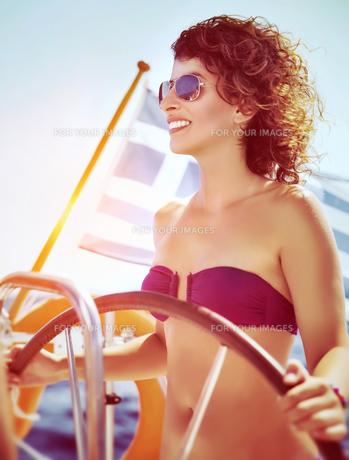 Happy woman driving sailboatの写真素材 [FYI00753974]