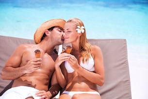 Loving couple on the beachの写真素材 [FYI00753977]