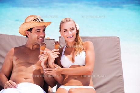 Happy couple on the beachの写真素材 [FYI00753979]