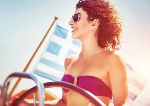 Joyful woman driving sailboatの写真素材 [FYI00753983]