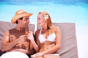 Happy couple on the beachの写真素材 [FYI00753986]