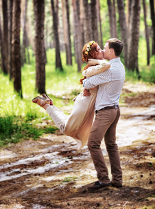 Happy couple in the forestの写真素材 [FYI00753990]
