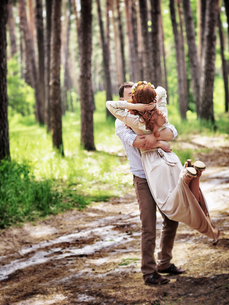 Loving couple in the forestの写真素材 [FYI00753994]