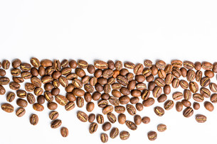 Coffee beans isolated on whiteの写真素材 [FYI00754018]